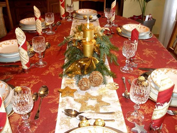 Auch eine schöne Tischdeko gehört zur Weihnachtsfeier (Foto: SarahC.  / pixelio.de)