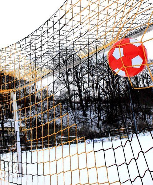 Auch im Winter macht Fußball Spaß (Foto: Rike  / pixelio.de)
