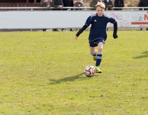Kind Ball am Fuß Sprint