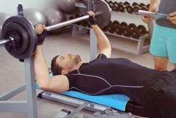mann trainiert mit gewichten im studio